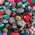 Des bijoux boutons en préparation pour une semaine à l'atelier #86