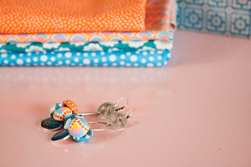 Ces boucles d'oreilles textiles sont créées et fabriquées en France, en partie à partir de chutes de tissus