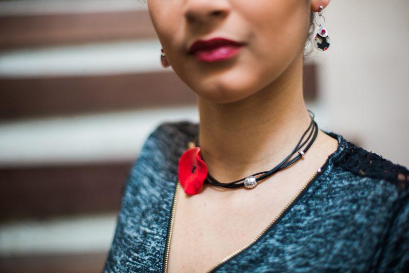 Pour vos 8 ans de mariage, offrez un collier coquelicot Lili et le scarabée ROZ - crédit photo BabouchKAtelier